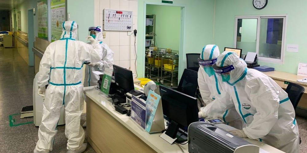 Personalul spitalului din Wuhan poartă scutece pentru adulți! Aceștia nu au timp să meargă la baie!