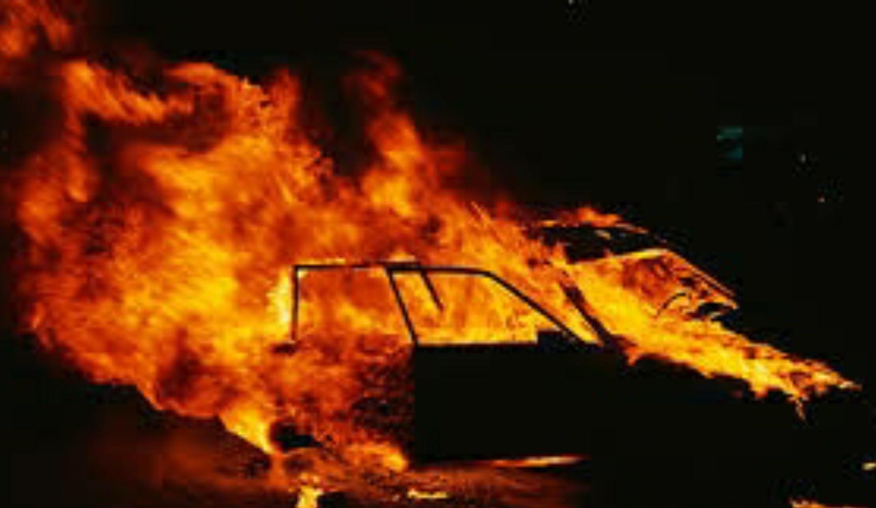 VIDEO: Un tânăr din Brăila şi-a dat foc la maşină LIVE pe Facebook!