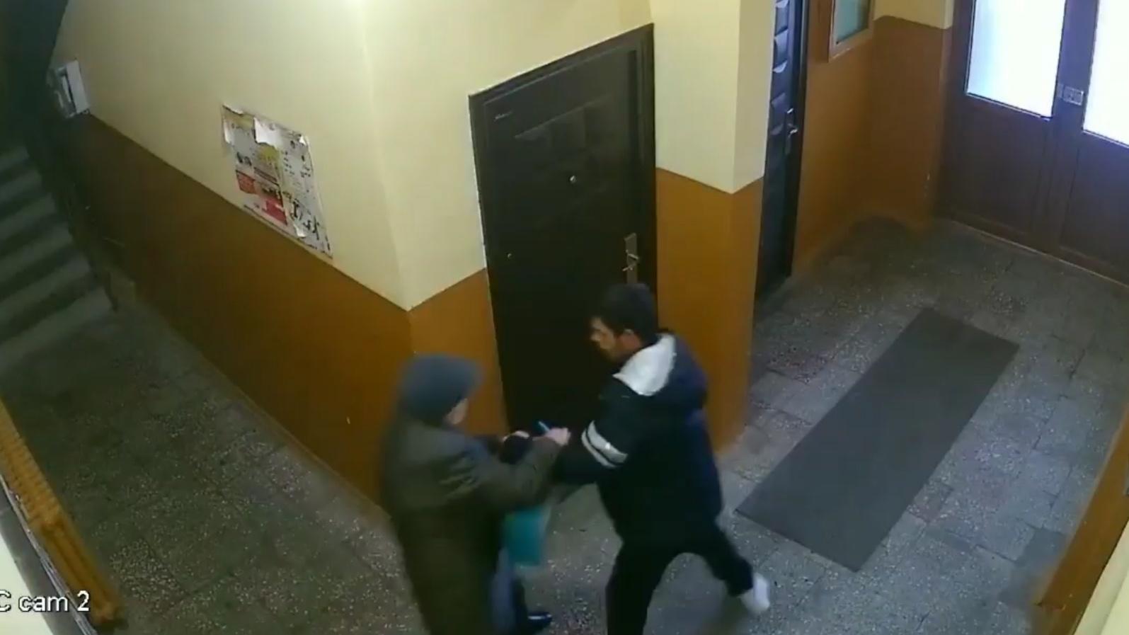 Video: NU O SĂ-ȚI VINĂ SĂ CREZI! Cum s-a luptat o bătrânica cu cel care a tâlhărit-o!