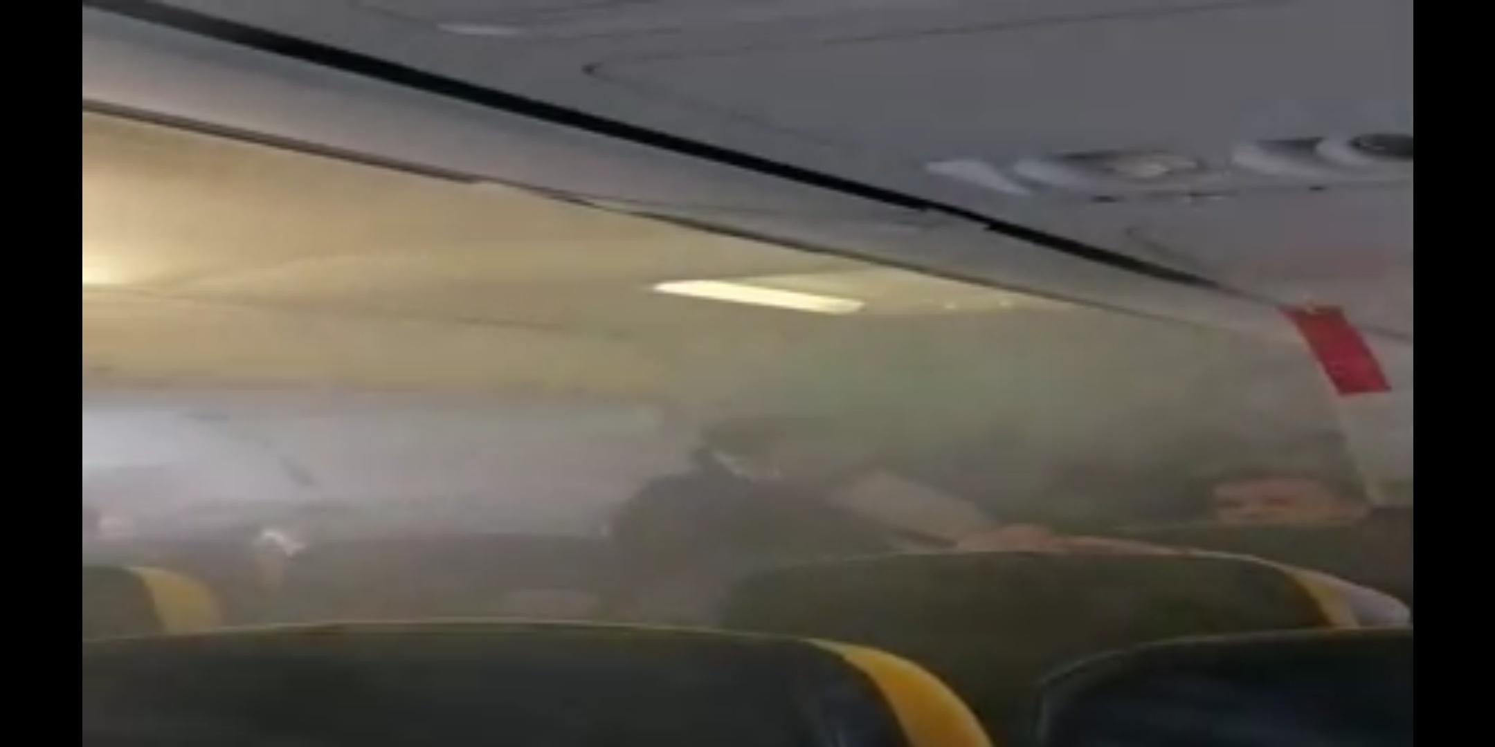 VIDEO!! PANICĂ și fum la bordul unei aeronave Ryanair în București !!