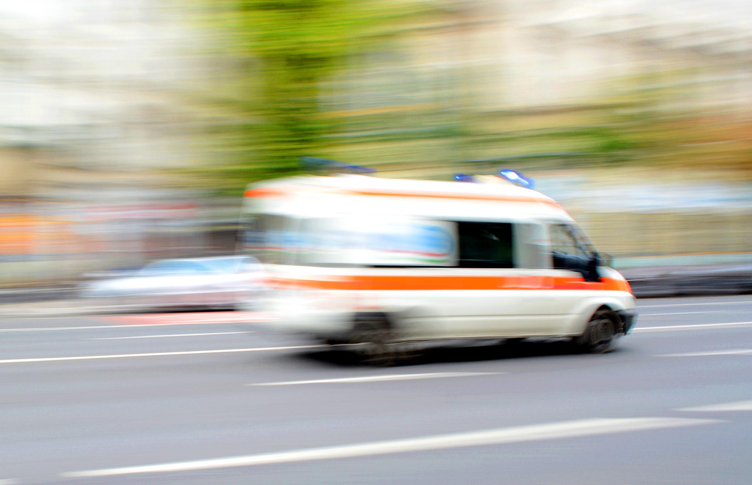 Accident MORTAL! Un copil de 11 ani a decedat după ce mașina în care se afla a IZBIT un parapet