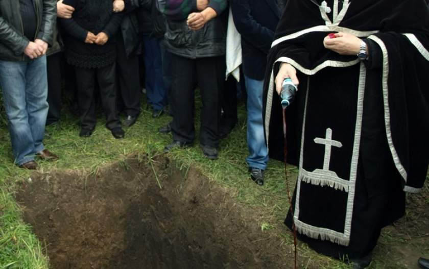 Preoţii nu mai au voie să pretindă bani pentru înmormântări. Dacă cer, risca să-şi piardă parohia
