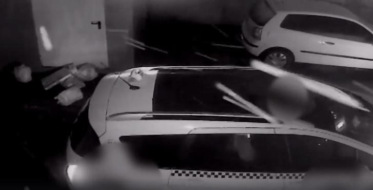 VIDEO! Un taximetrist a fost filmat când arunca mai multe pungi de gunoi pe trotuar in Galaţi!