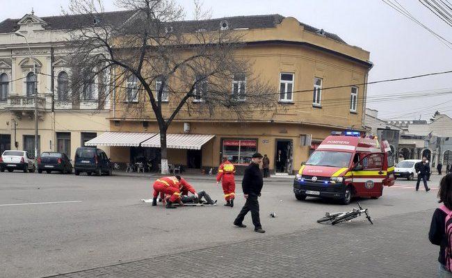 Un biciclist care asculta muzică la căști, a fost lovit pe trecerea de pietoni de o ambulanță SMURD aflată în misiune!