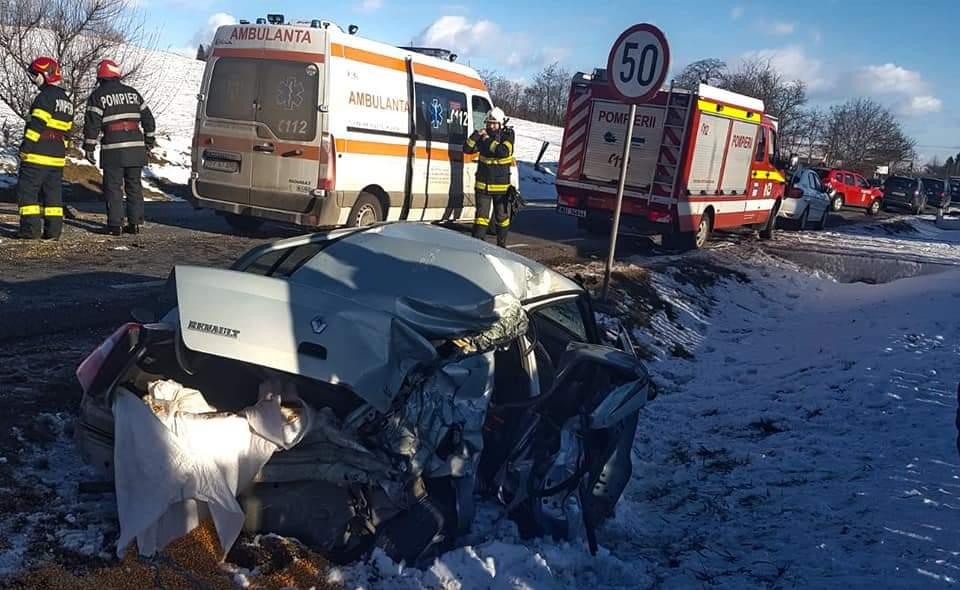 Accident violent între un tir și un autoturism în Suceava! FOTO