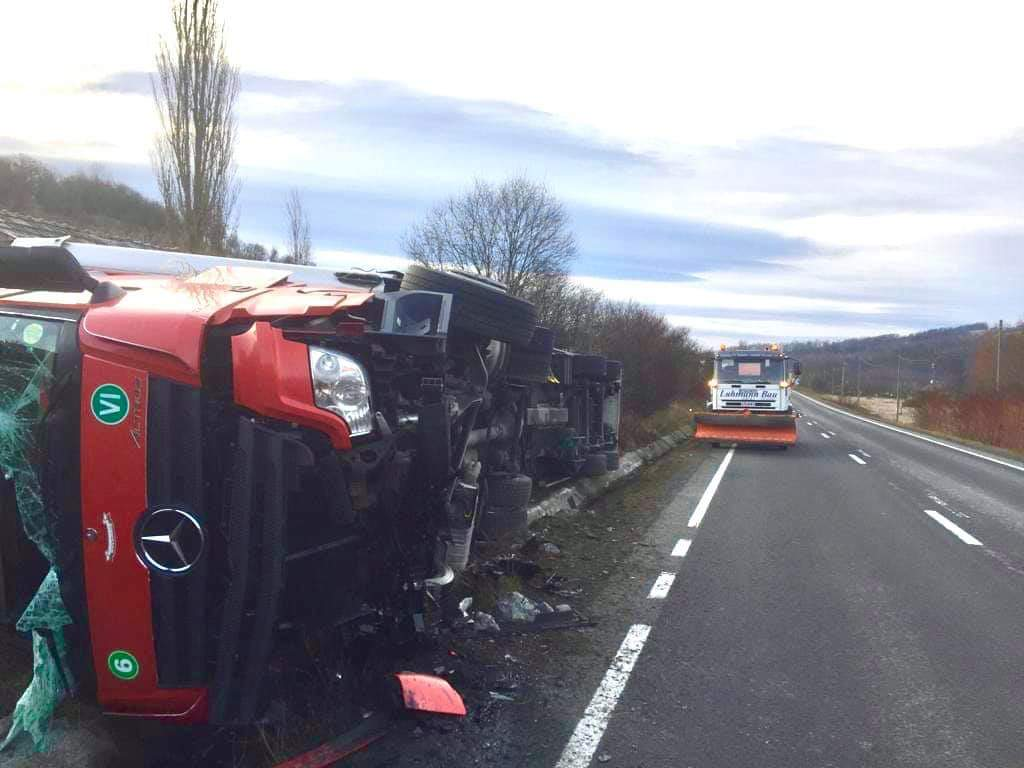 Un ansamblu de vehicule s-a răsturnat pe DN6 în Timișoara