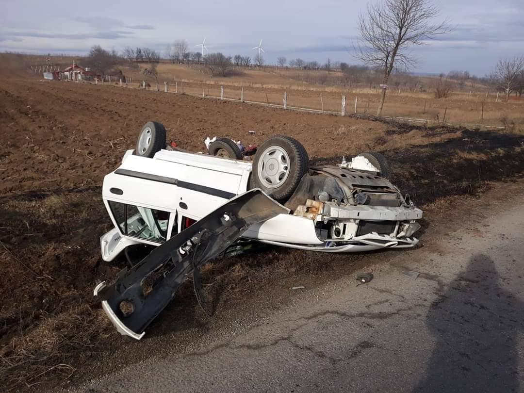 O mașină s-a răsturnat! În autoturism erau cinci pasageri, printre care și un copil de 8 ani