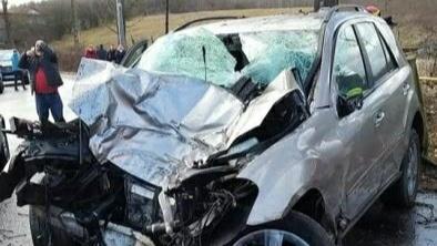Tragedie în Hunedoara, un băiat de 13 ani a murit după ce a luat mașina tatălui său și a intrat cu ea într-un copac