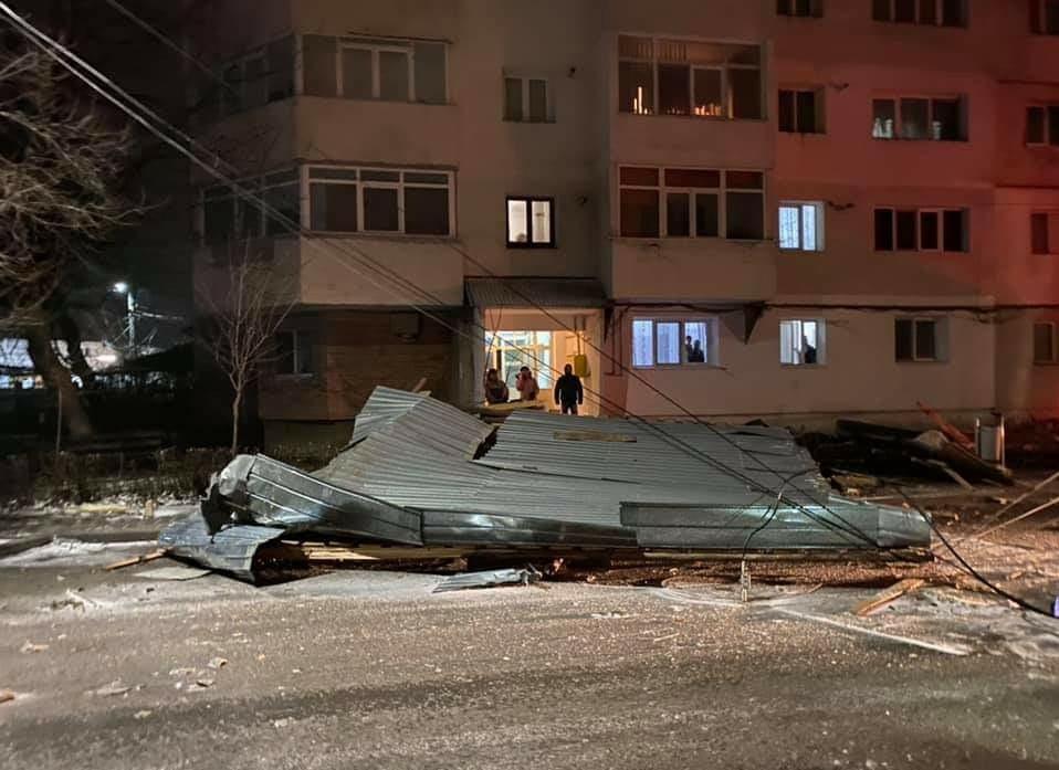 Cod portocaliu! Vântul produce pagube în municipiul BACĂU! FOTO