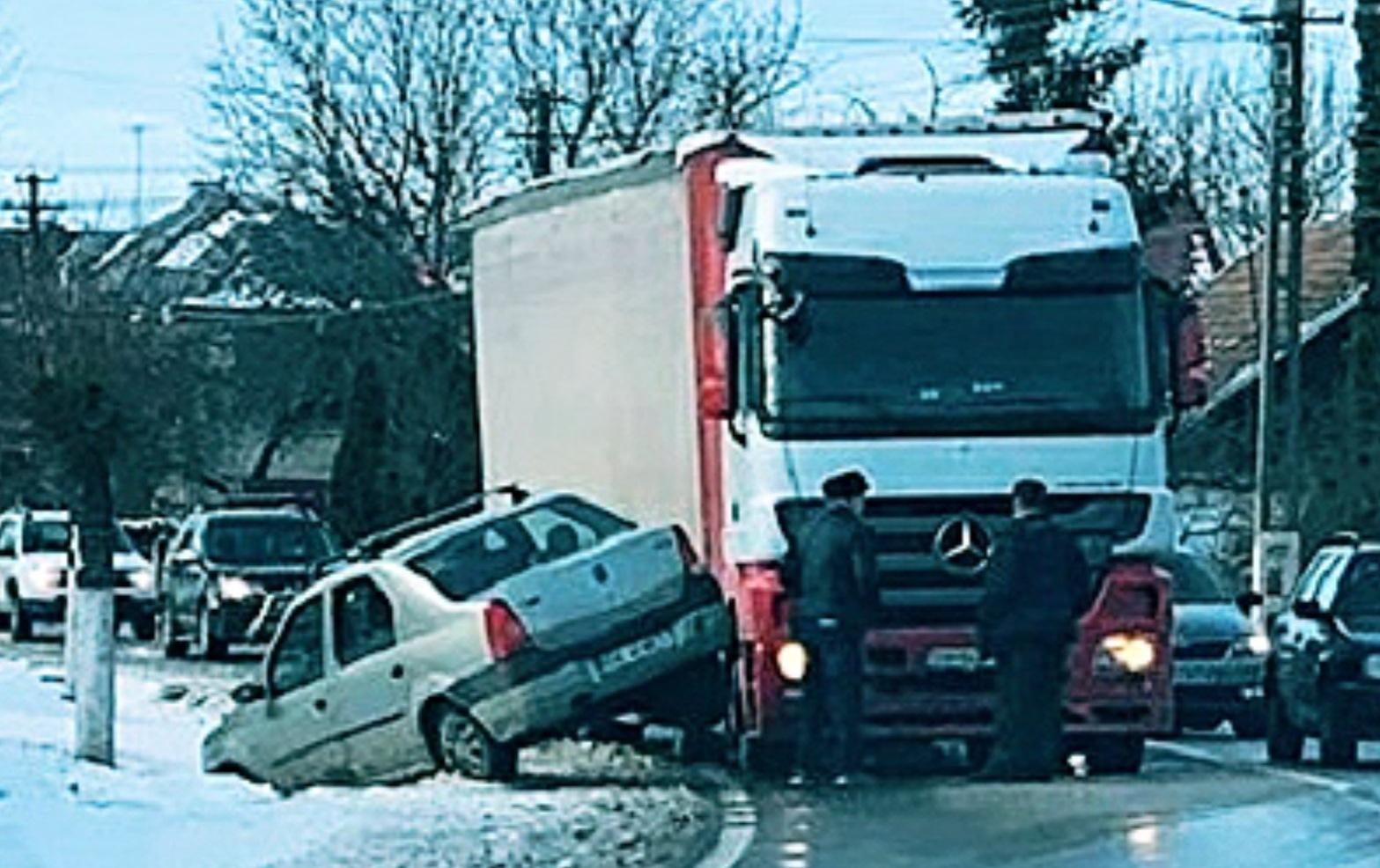 Video: Inconștiență la volan! După o depășire pe linie continuă a ajuns cu mașina în șanț!