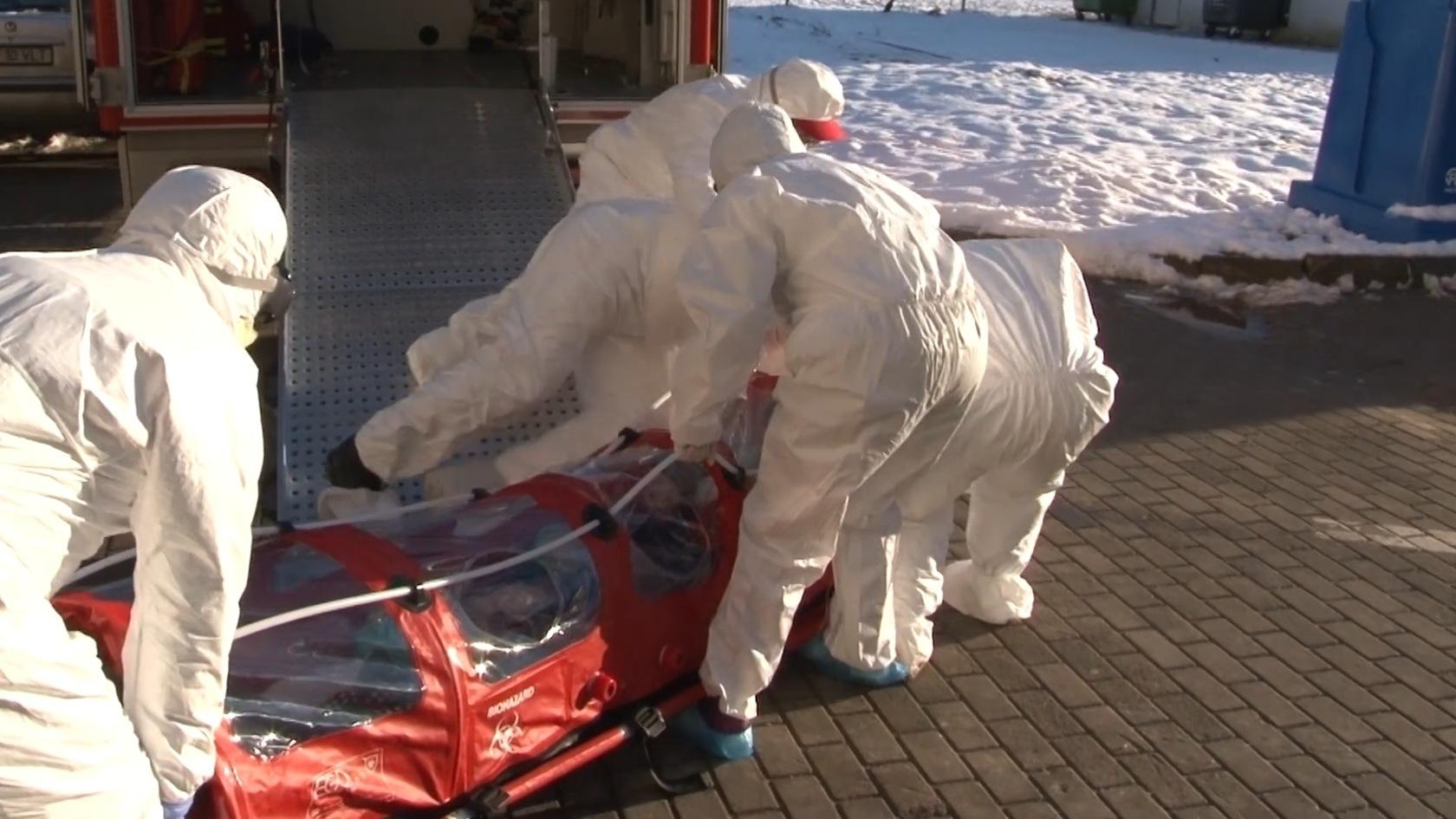 Video: Pacienta din Suceava, suspectă de coronavirus, a fost scăpată de pe targă!