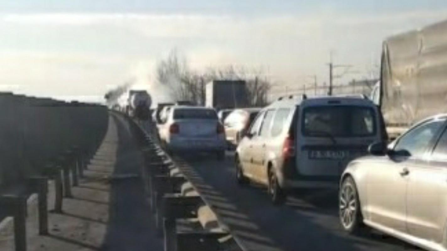 VIDEO: Mașină în flăcări pe Autostrada Soarelui. Traficul a fost blocat
