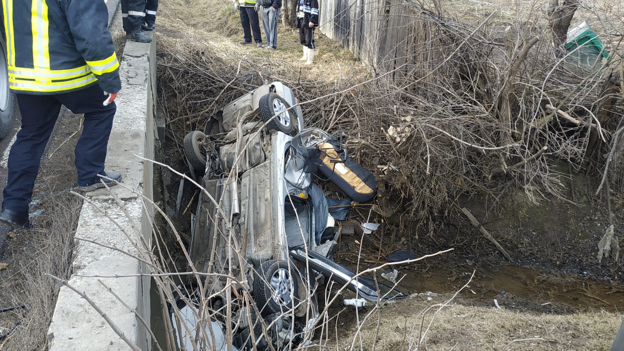 FOTO: A plonjat cu mașină într-un canal, accident în Podiș județul Bacău