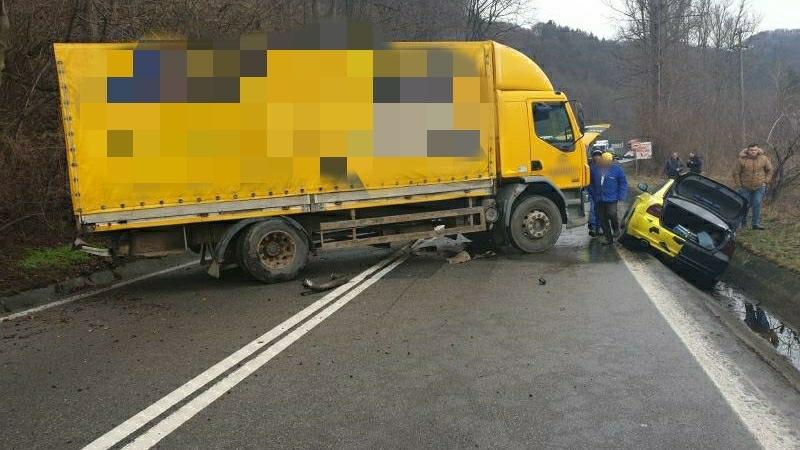 Video: Trafic blocat pe Valea Oltului în urma unui accident între un autocamion, un microbuz și un autoturism