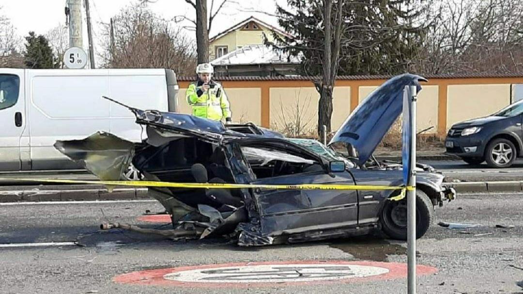 FOTO: Accident cumplit pe DN1, în urma impactului violent o mașină s-a RUPT ÎN DOUĂ!