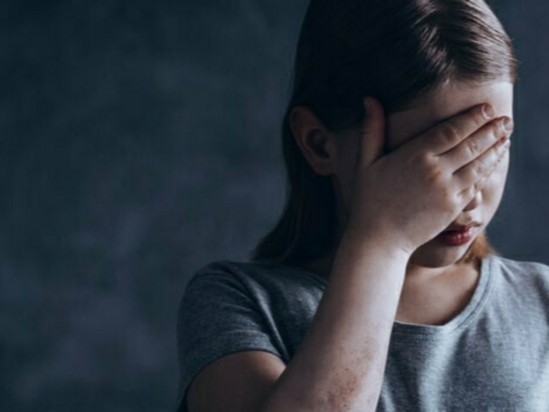 Caz ȘOCANT la Petroșani! Un bărbat a violat o fetiță de 11 ani, acesta ar fi oferit-o și altor bărbați