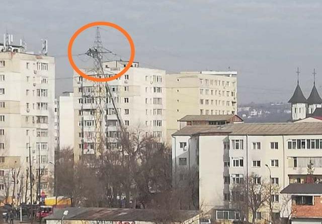 IAȘI: Un bărbat s-a urcat pe un stâlp de înaltă tensiune și a amenințat că se sinucide! Alimentarea cu energie a fost întreruptă!