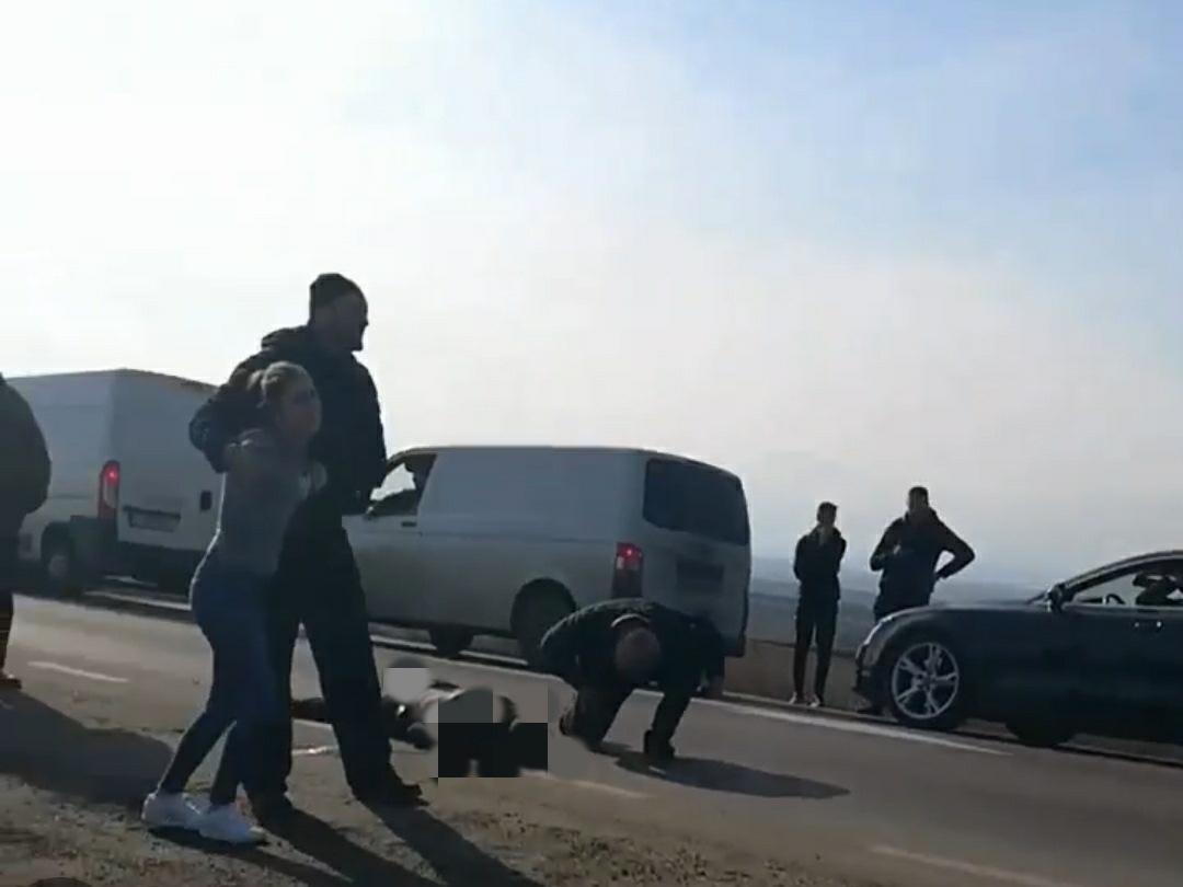 Un tânăr de 32 de ani și-a pierdut viața după ce a fost spulberat de o mașină, în județul Suceava | Video