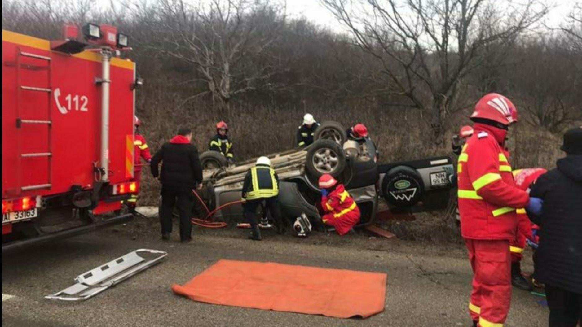 Foto | O mașină s-a răsturnat pe cupolă, două victime dintre care una încarcerată, în Bistrița-Năsăud