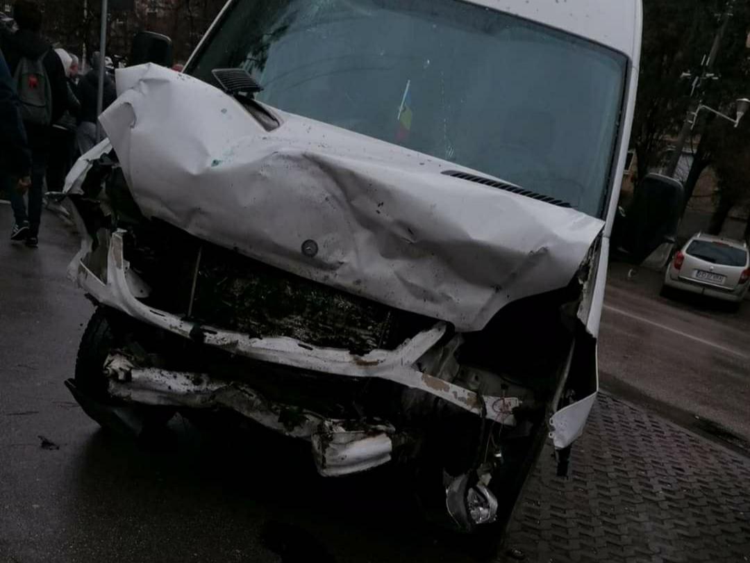 Foto | Accident cu trei victime, o mașina a intrat într-o autoutilitară, în Deva