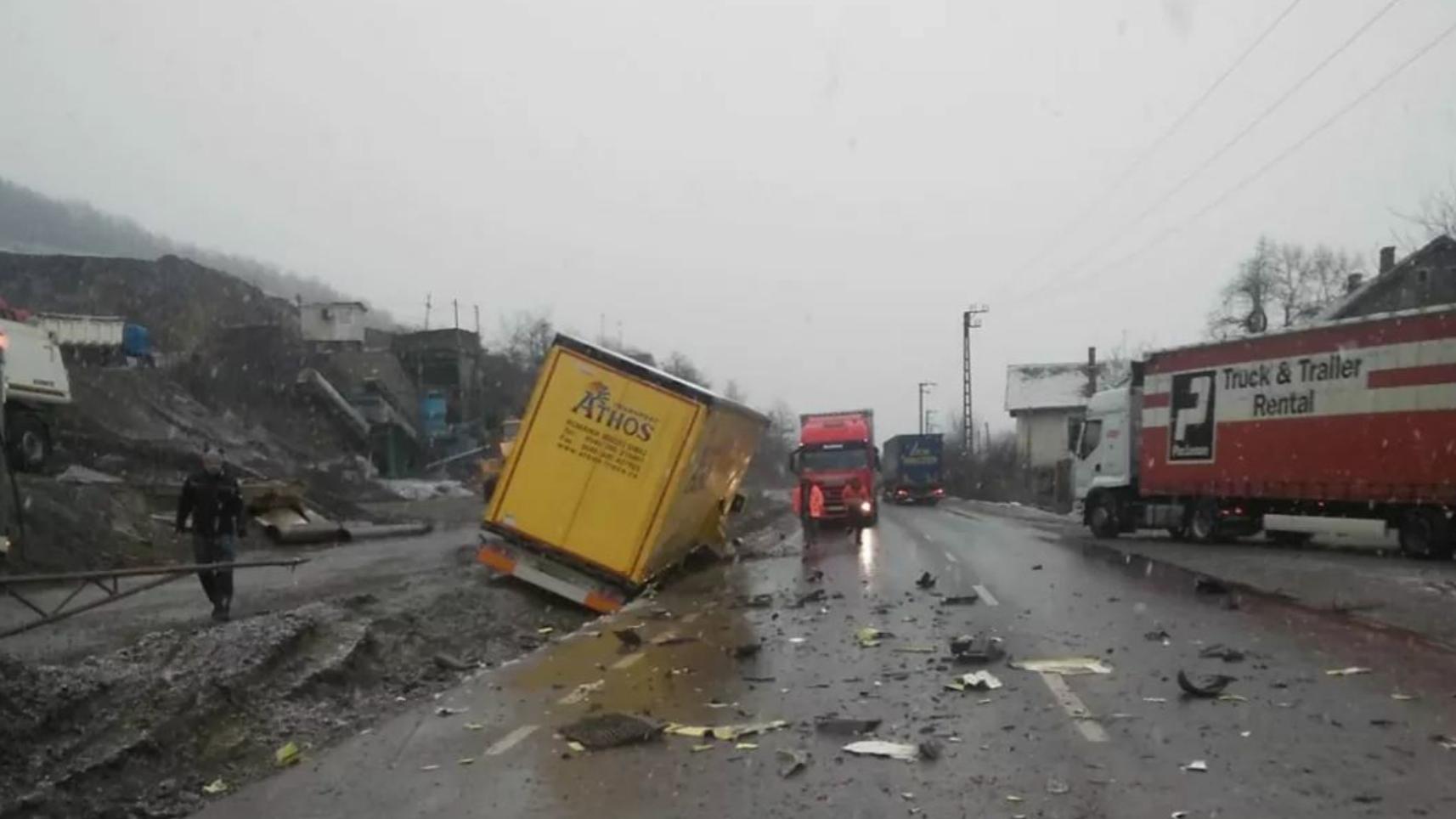 Trafic restricționat pe DN7/E68, Bătuța – Arad, în urma unui accident dintre un autocamion și o autobasculantă