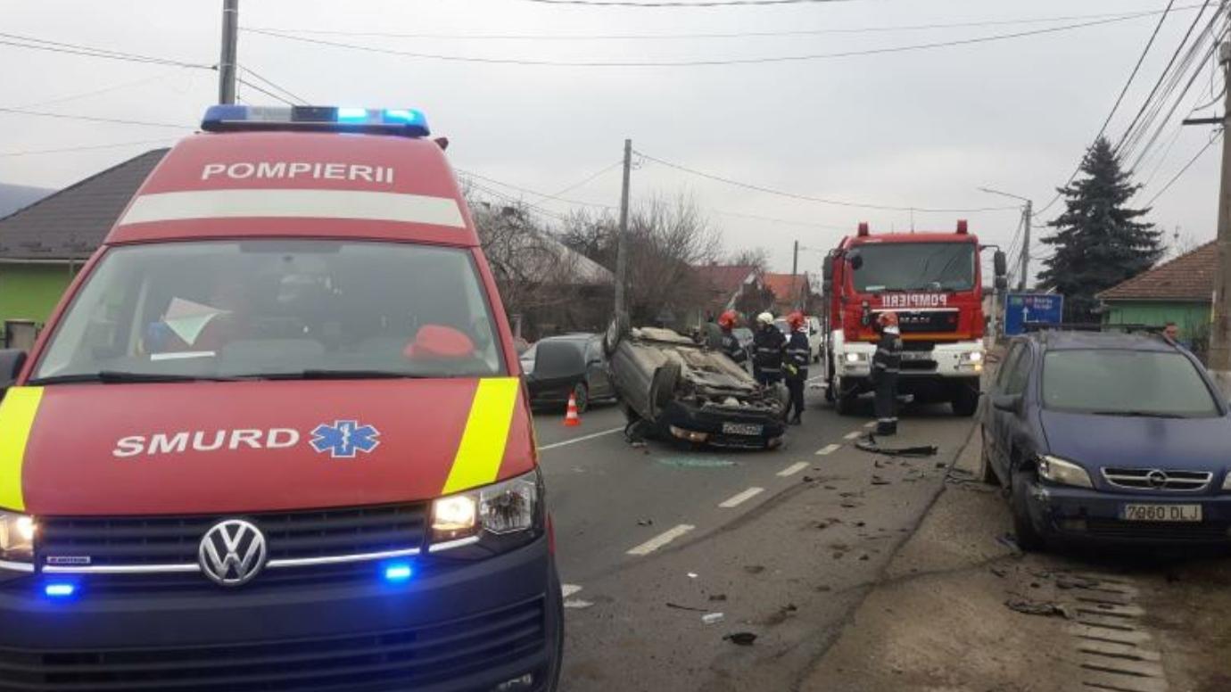 Mașină răsturnată pe cupolă, din cauza neadaptării vitezei la condițiile de drum, în Bistrița-Năsăud