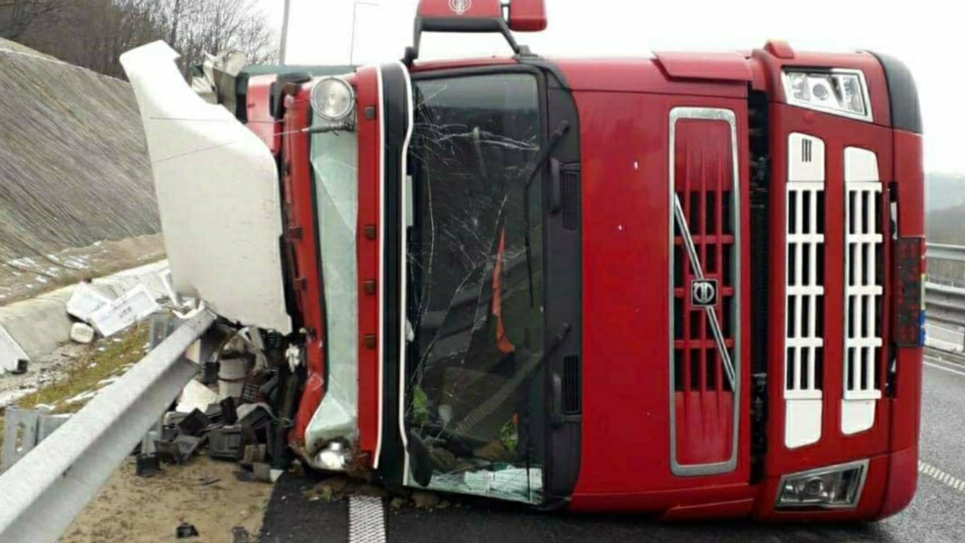 Foto | Ansamblul de autovehicule răsturnat pe autostrada A1, zonă cu restricţii pentru autovehicule de mare tonaj
