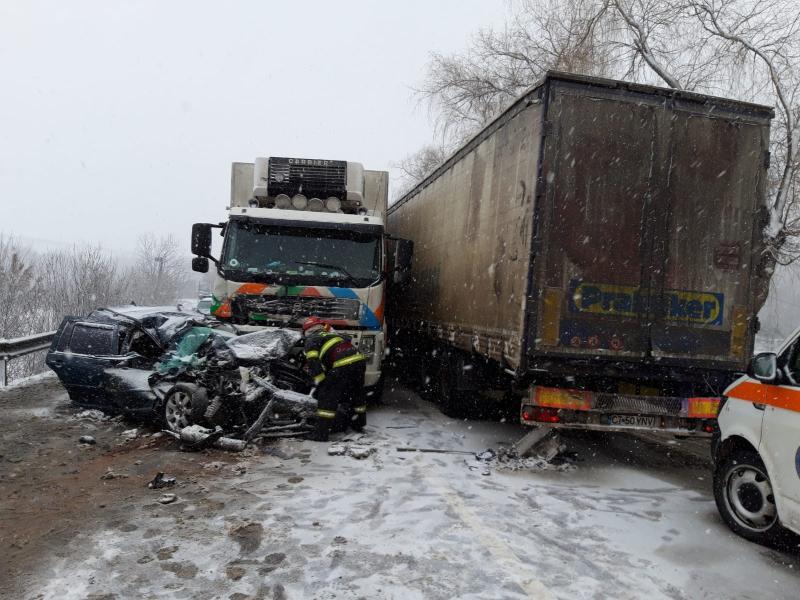 ACCIDENT în Suceava între două TIR-URI și un autoturism. Doi copii transportați la spital!