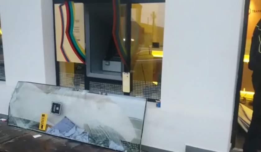 Bancomat aruncat în aer, în ARAD. Hoţii au fugit cu casetele pline de bani