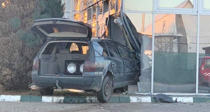 Un șofer de 20 de ani, băut la volan, a distrus două maşini, apoi a intrat într-o benzinărie