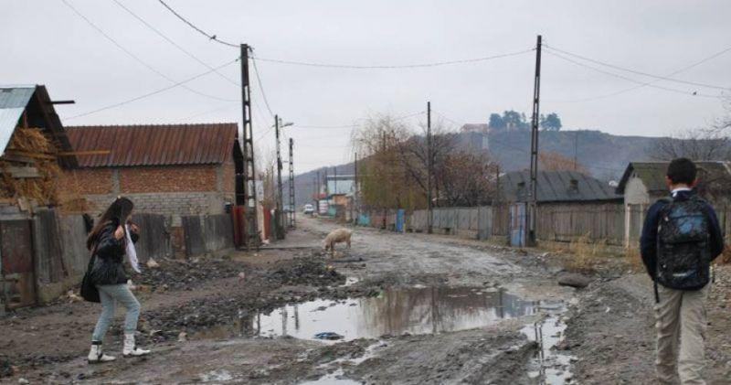 """""""Am scos țara din noroaie"""" Izolați de lume și incremeniți într-o Românie a trecutului"""