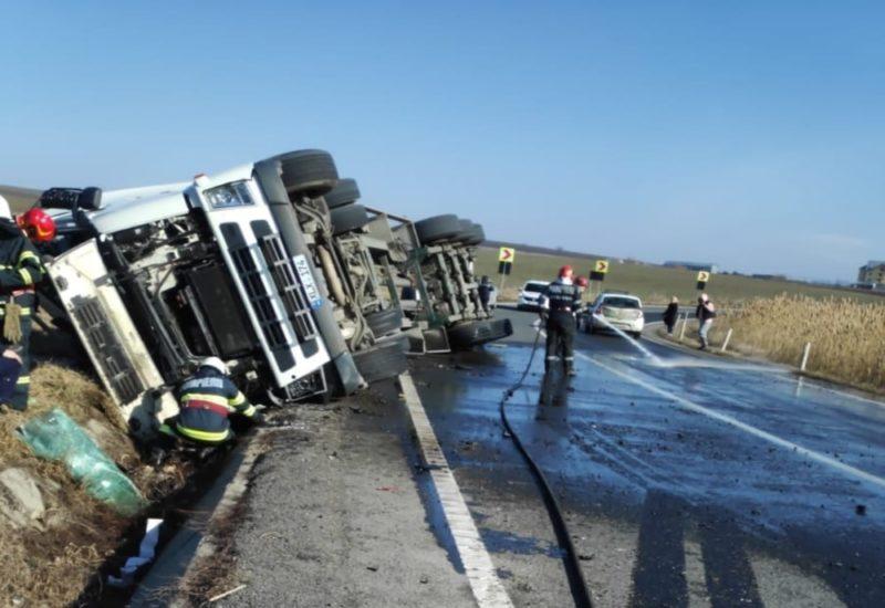 Un autocamion care transporta melasă, s-a răsturnat pe DE 581 din județul Vaslui