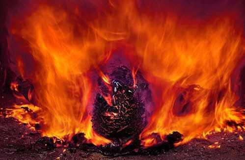 CORONAVIRUS: Cei care mor trebuie să fie incinerați fără slujbe sau ceremonii de înmormântăre. Familia nu poate să își ia rămas bun.