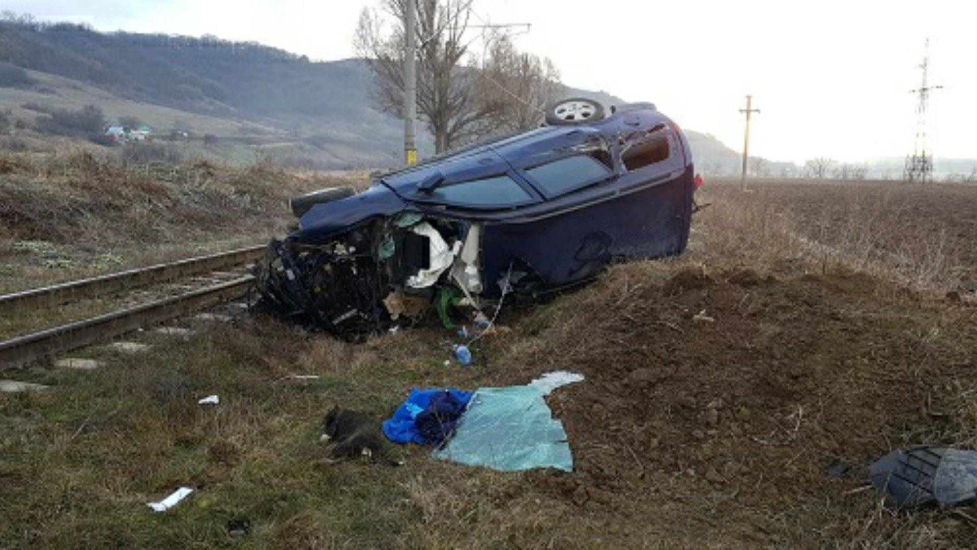 Accident feroviar, autoturism izbit de tren în Onești, județul Bacău