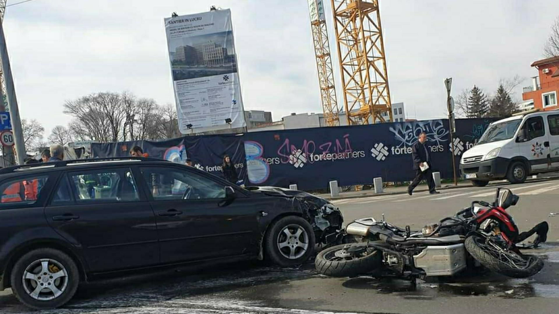 Foto | Accident cu victime, în urma impactului dintre o motocicletă și un autoturism, în București