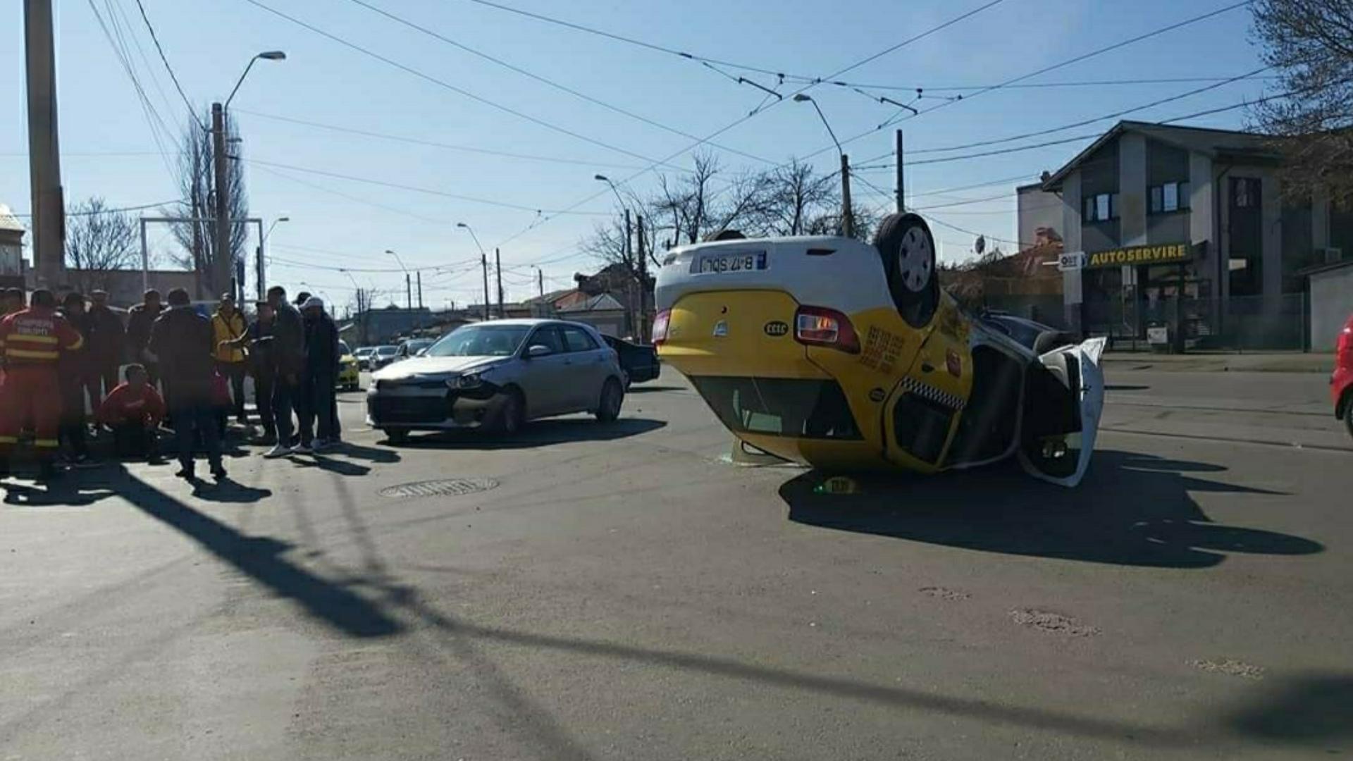 Foto | Accident în Ferentari, neacordare de prioritate, două autoturisme implicate, taxiul s-a răsturnat pe cupolă