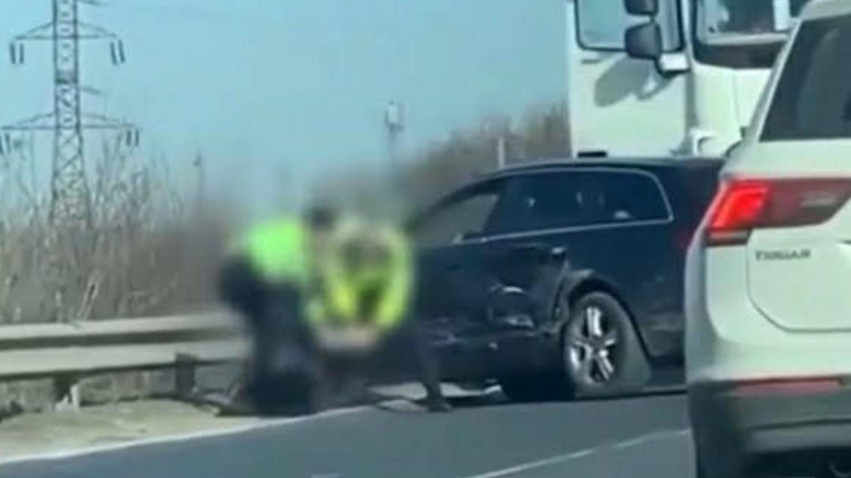Video | O poliţistă a fost filmată în timp ce loveşte cu piciorul în cap un şofer recalcitrant pe Autostrada Soarelui!
