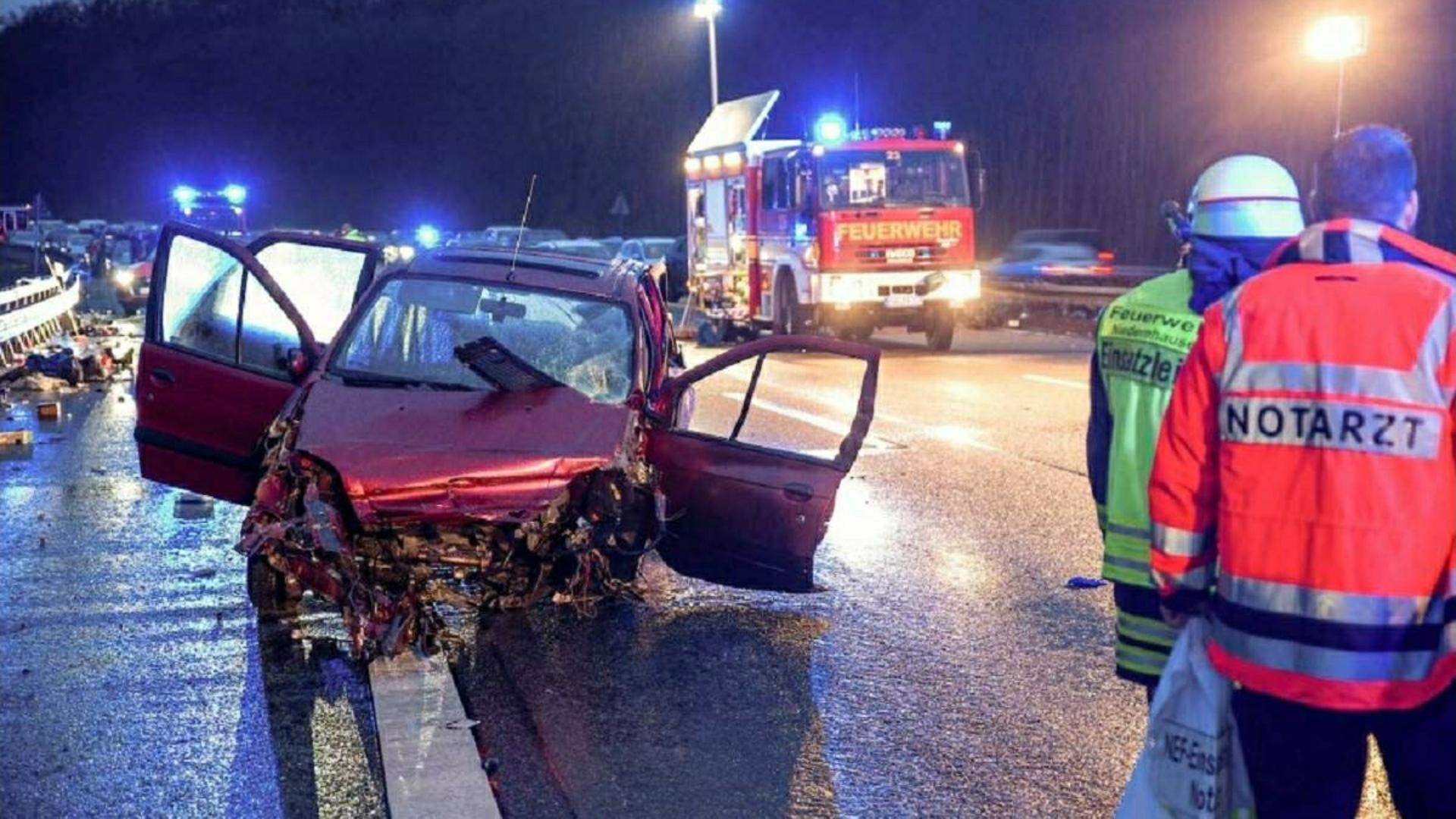 O fetiță de 2 ani și o româncă au fost aruncate din autoturism în urma unui accident violent, în Germania. Femeia a murit pe loc!