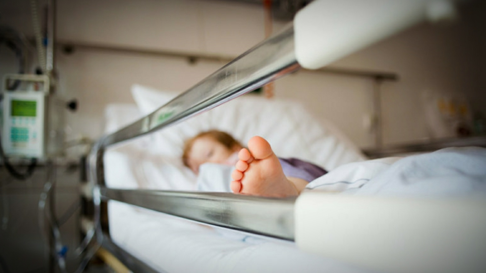O fetiţă de nici 2 ani este în comă după ce s-a înecat cu alune, tragedia a avut loc în Suceava