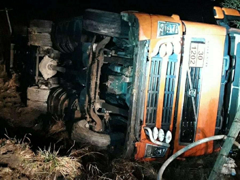O cisternă cu carburant s-a răsturnat pe un drum judeţean din Argeș