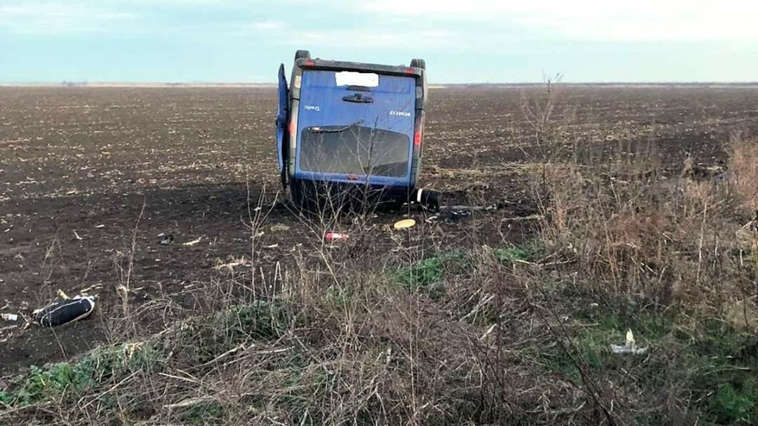Accident în Călărași: un microbuz de pasageri răsturnat pe câmp, opt persoane rănite