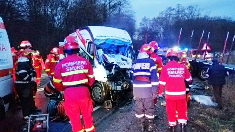 Foto | Accident mortal în Sibiu, între un autotren și o autoutilitară. Doi bărbați au murit pe loc