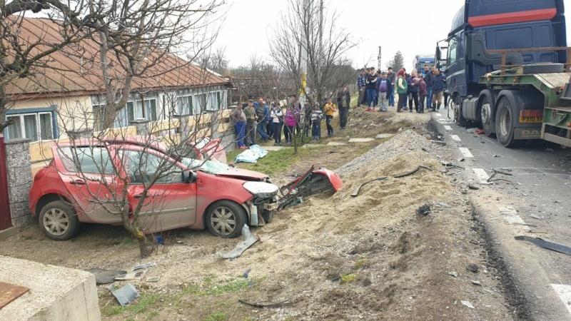 Foto | Accident mortal în Suceava: un bărbat a murit și trei persoane sunt grav rănite, în urma unui accident între un TIR și un autoturism