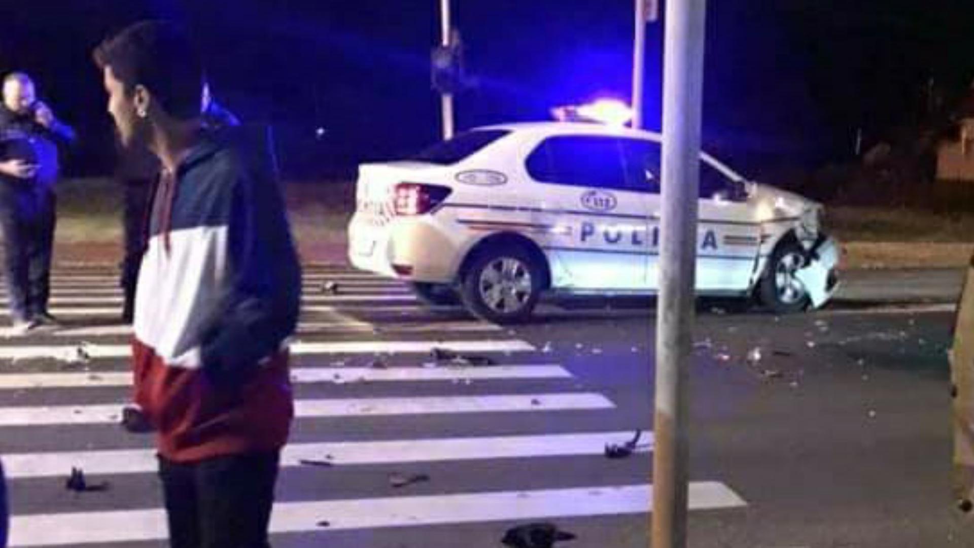 Maşină de poliţie aflată în misiune implicată într-un accident într-o intersecţie din Haţeg