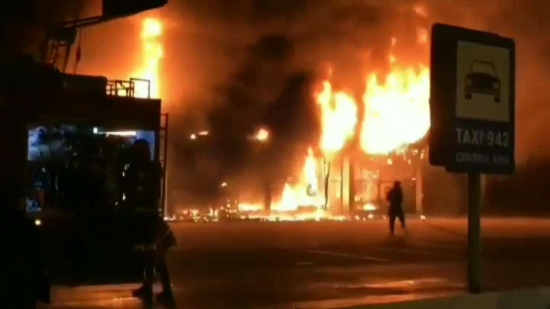 Video | Incendiu de proporţii în Sibiu. Un magazin de bricolaj cuprins de flăcări