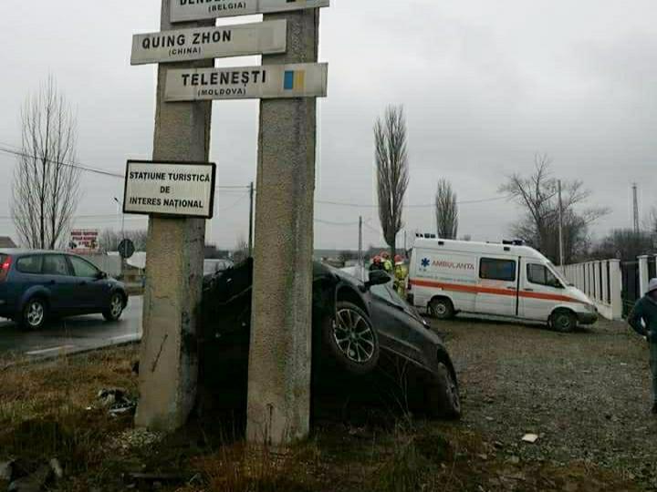 Foto | Un șofer a adormit la volanul mașinii și a intrat în totemul de beton de la ieșirea din Târgu Neamț