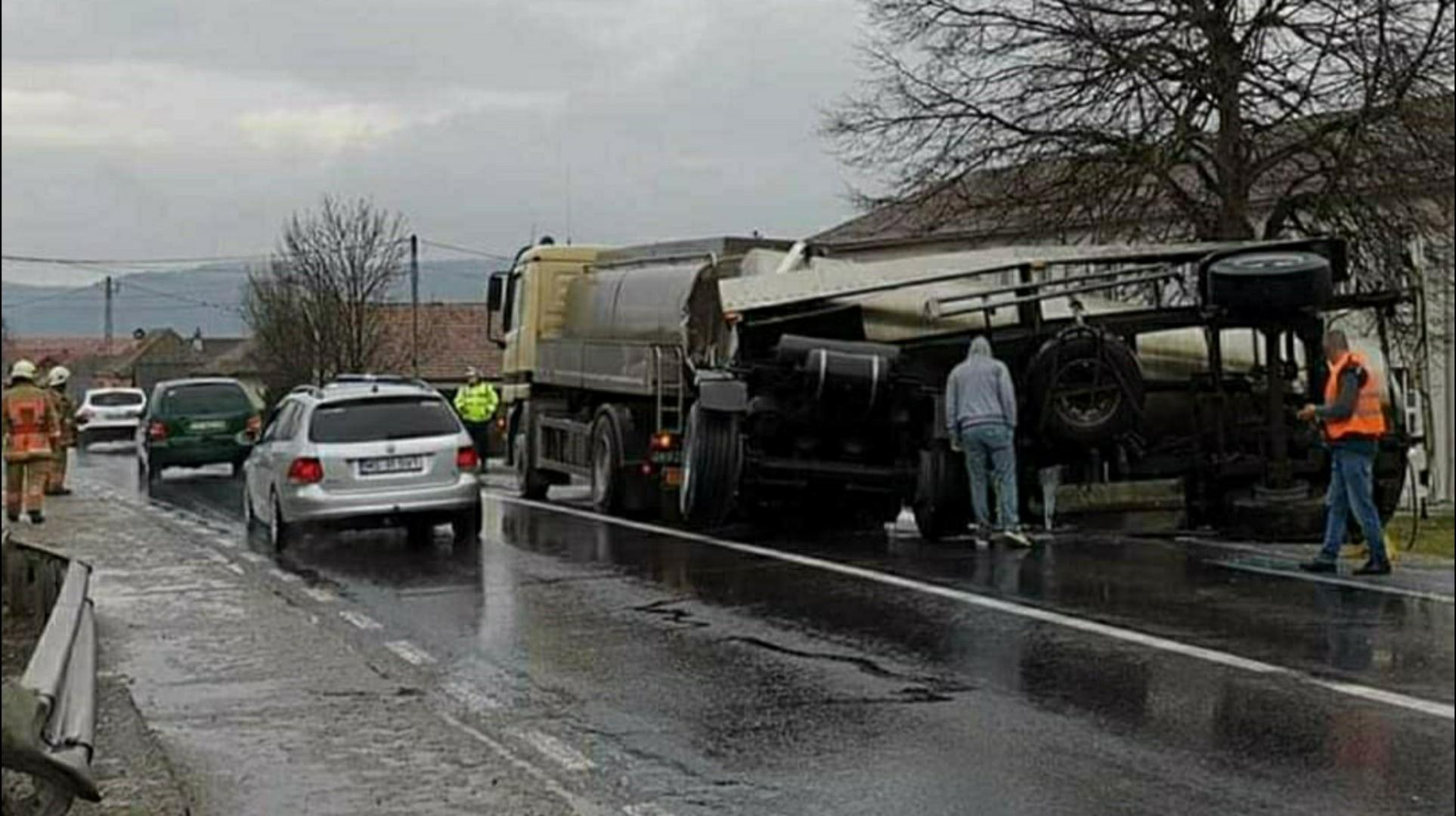 Autotren cu cisternă răsturnat pe DN 13 / E 60 între Târgu Mureș și Sighișoara