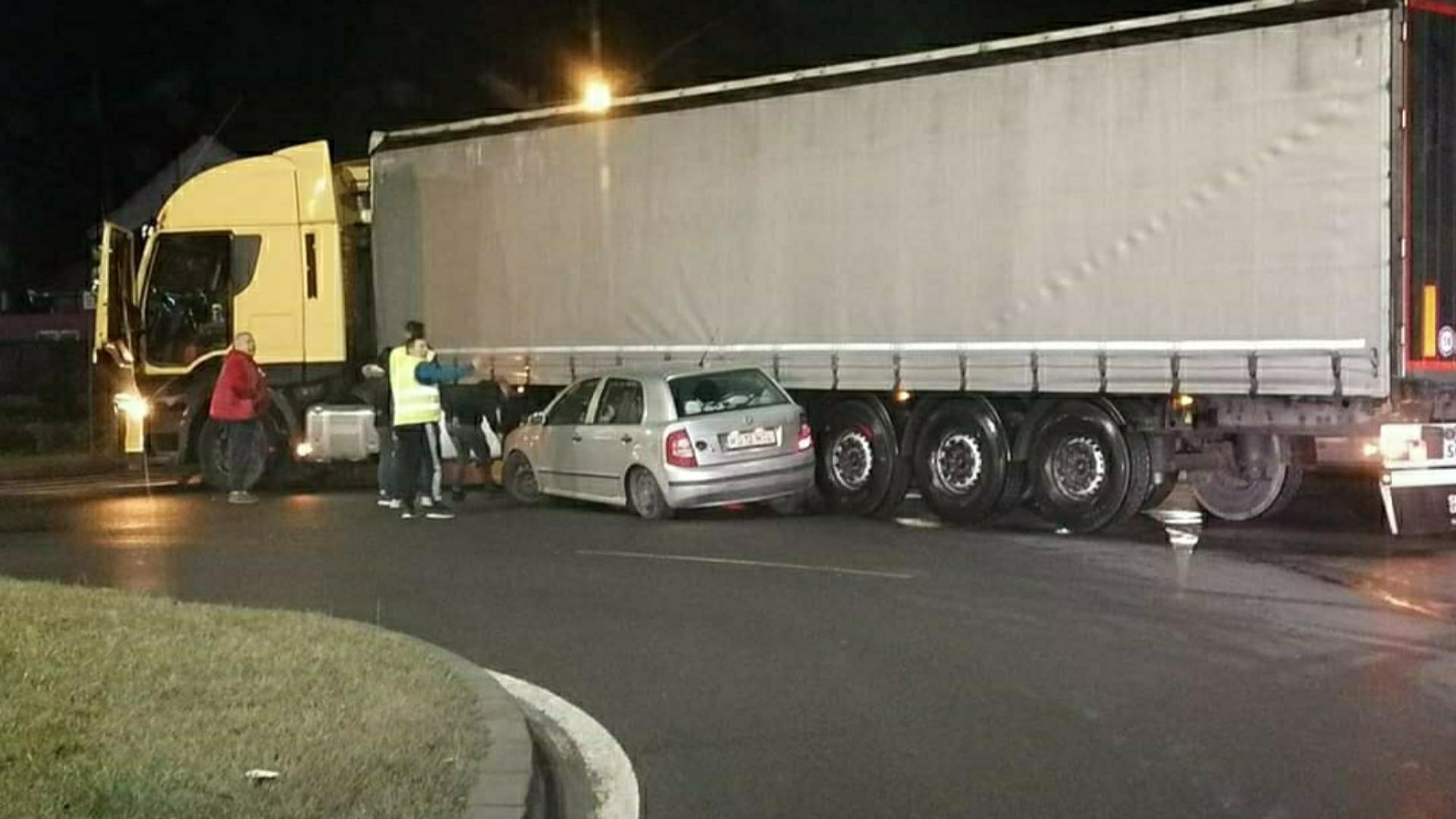 Un autotren s-a urcat cu semiremorca pe un autoturism, în Tîrgu Mureș