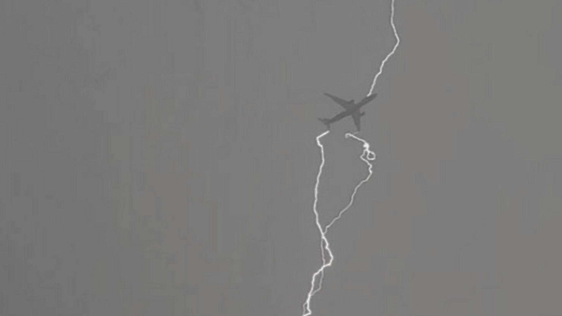 Un avion al companiei Tarom a fost lovit de trăznet, după decolare