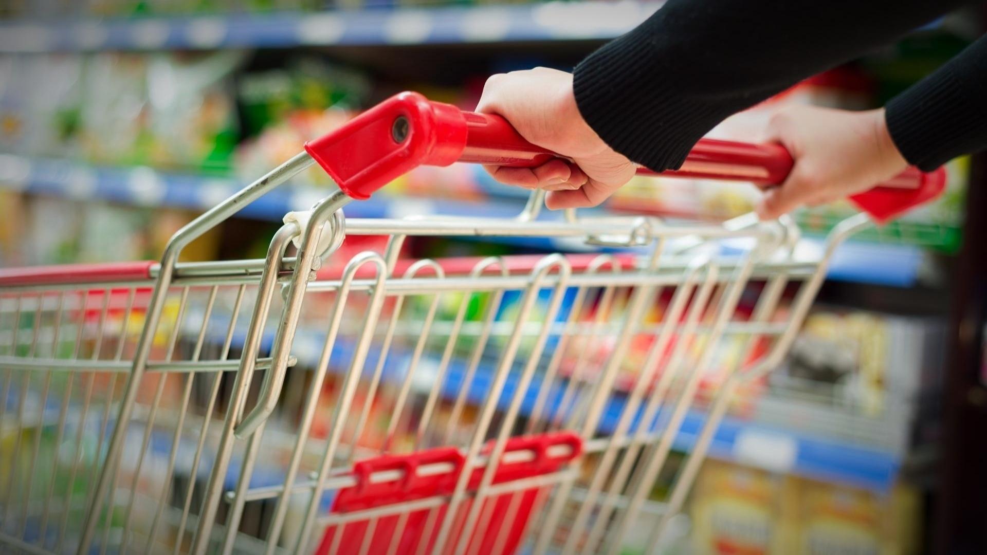 COVID-19: Unitățile de alimentație publică trebuie să dezinfecteze cărucioarele, coșurile de cumpărături şi să ia măsuri pentru evitarea aglomerării